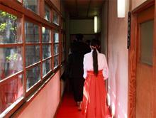 赤坂氷川神社の赤い絨毯の廊下