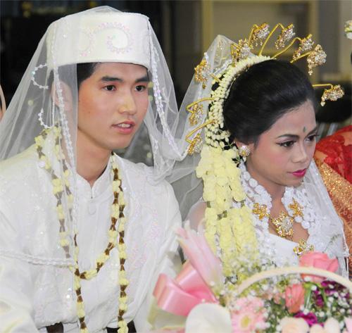 インドネシア式メイクアップの新郎、新婦